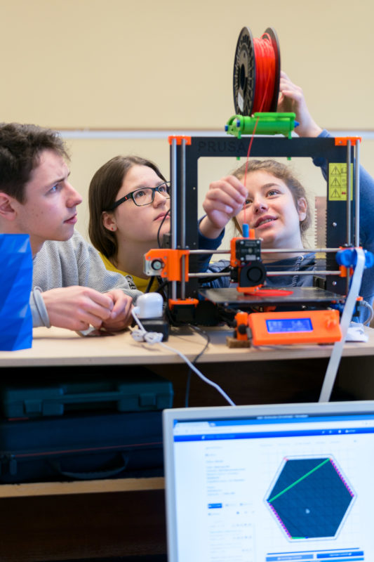 Editorial photography, subject learning and education: In a technical working group, students explore the function and possibilities of a 3D printer.