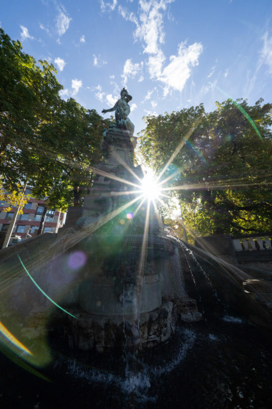 Stadtportrait Stuttgart: Der Galateabrunnen am Eugensplatz im Gegenlicht.
