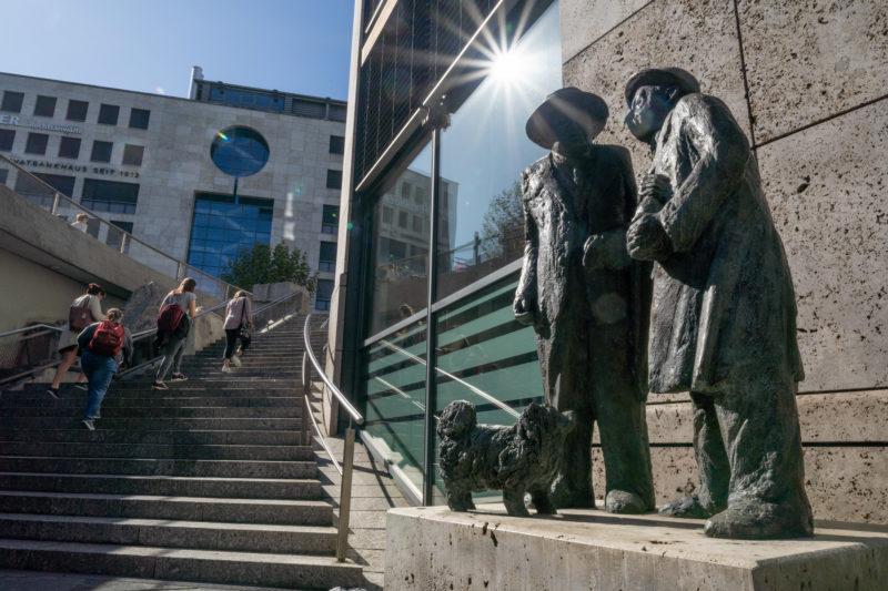 Stadtportrait Stuttgart: Die Skulpturen von den schwäbischen Originalen Häberle und Pfleiderer dem Entertainerduo Willy Reichert und Oscar Heiler aus dem Stuttgarter Varieté Friedrichsbautheater stehen vor der Rotunde an der L-Bank.
