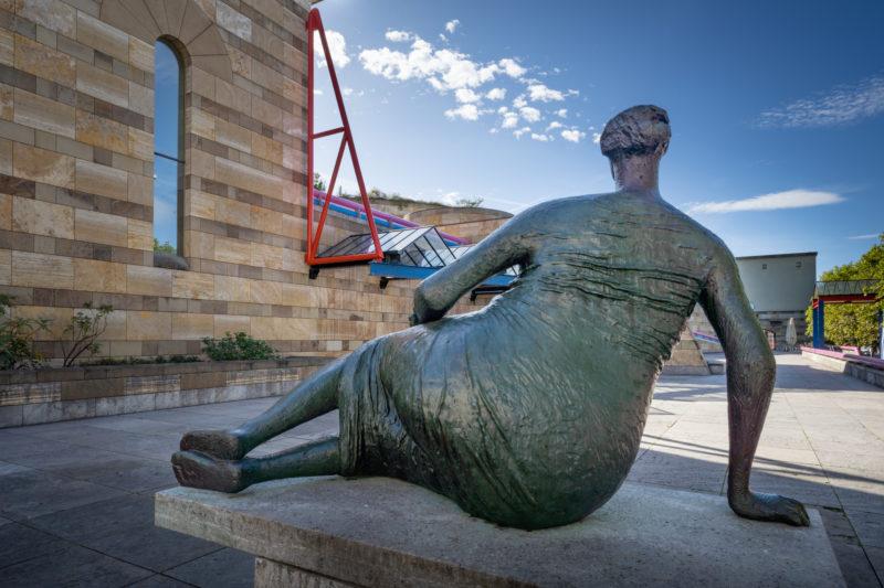Stadtportrait Stuttgart: Am Eingang zur Neuen Staatsgalerie steht die Skulptur Die Liegende von Henry Moore.