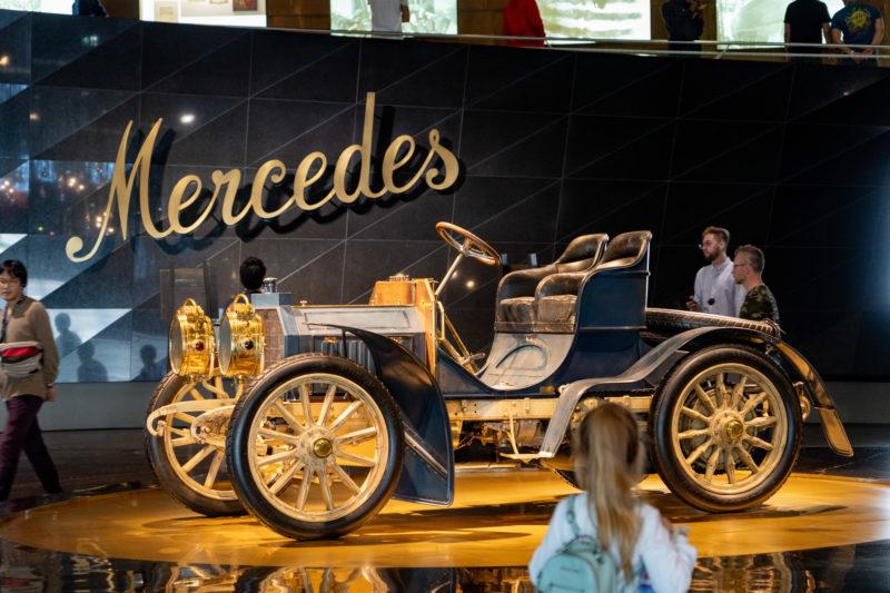 Stadtportrait Stuttgart: Im Mercedes-Benz Museum ist der erste Mercedes ausgestellt. Ein Daimler-Motor-Wagen von 1901 mit diesem Namen nahm am Autorennen Nizza-Aix-Salon-Nizza teil.