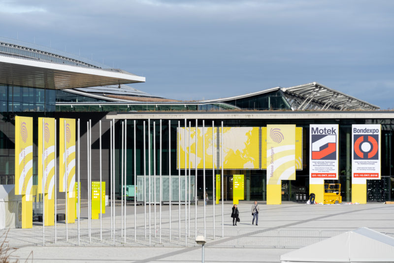 Stadtportrait Stuttgart: Der Eingang zum Messegelände neben dem Flughafen.