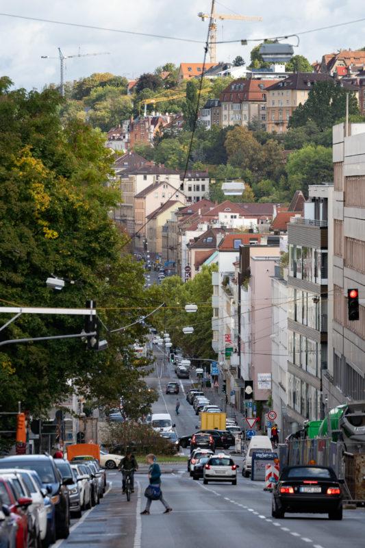 Stadtportrait Stuttgart: Blick entlang der Olgastraße in Richtung Wilhelmstraße und Neue Weinsteige mit dem dahinter liegenden Gerichtsviertel. Das Foto wurde mit einem langen Teleobjektiv fotografiert das die Distanzen optisch verkürzt.