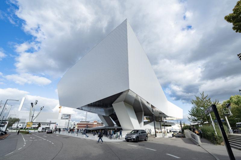 Stadtportrait Stuttgart: Das Porsche-Museum ist ein architektonisches Highlight der Stadt. Gegen den Wolkenhimmel bildet es ein eindrucksvolles Foto.