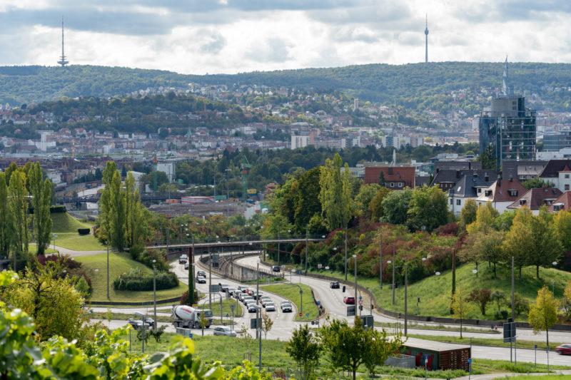 Stadtportrait Stuttgart: Blick vom Burgholzhof auf die Kreuzung am Pragsattel mit der Innenstadt und den gegenüberliegenden Hügeln mit dem alles überragenden Fernsehturm im Hintergrund.