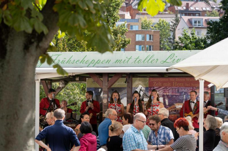 Stadtportrait Stuttgart: Im Biergarten im Schlossgarten findet im Sommer jeden Sonntag mittag ein Tanzschoppen statt, bei dem oft Rock