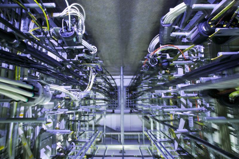 Technikfotografie: Im Keller einer Vermitlungsstelle kommen riesige Menge an Datenkabeln zusammen.