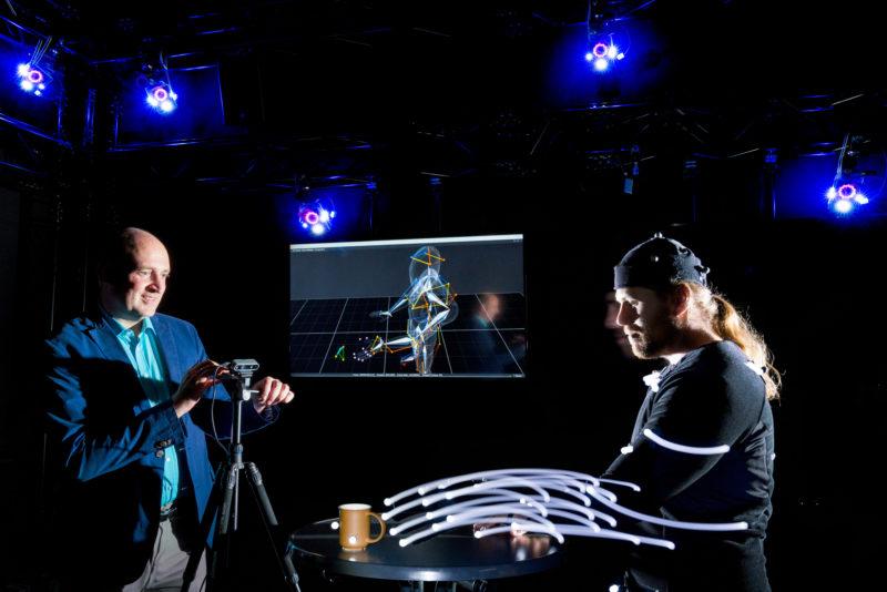Wissenschaftsfotografie: Im VR-Lab, den Labor für Virtuelle Realität an der Hochschule Reutlingen werden Bewegungsstudien durchgeführt, die dann in die Forschung an einem Exoskelett für gelähmte Hände einfließen. Das Projekt wird von der Landesstiftung Baden-Württemberg gefördert.