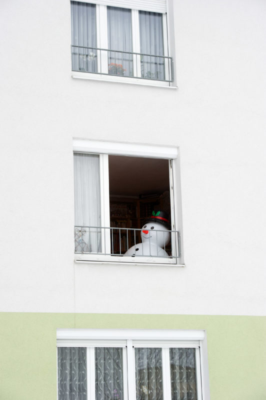 Auch dieser Schneemann wird nicht überdauern. Seine Luft geht ihm langsam aus, genauso wie uns der Schnee ausgehen wird, weil keiner mal durchs Fenster sehen mag.