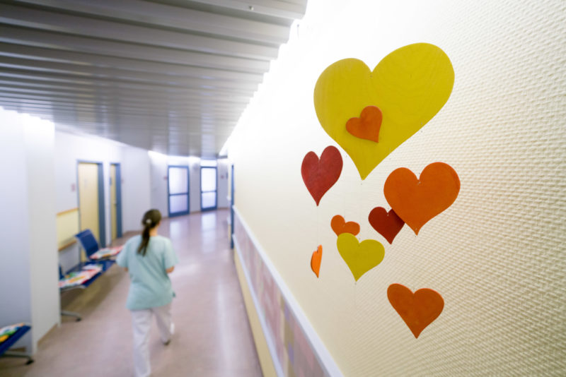 Healthcare photography:  On the ceiling of a corridor in the outpatient department of the paediatric cardiology department hangs a mobile with colourful hearts cut out of cardboard. There